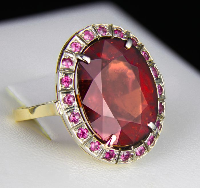19.6 ct. Garnet Spessartite And Rubies Gold Ring.