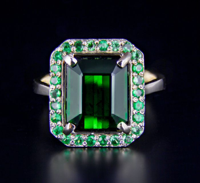 5.52 ct. Tourmaline And Tsavorites Gold Ring - Ring size: 17.7 mm. (7.5 US)