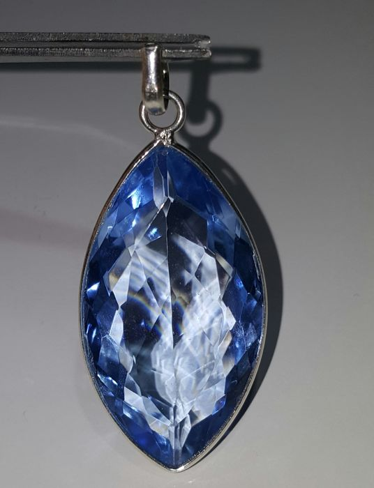 Pendant in 925 sterling silver with enormous dark blue topaz weighing 56 ct  - No reserve price - Catawiki