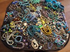 Large collection of decorative jewellery - approx. 150 pieces