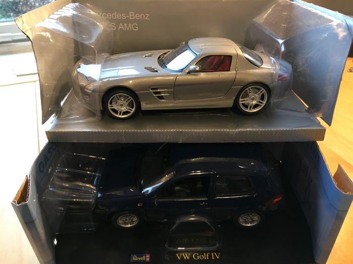 Revell / Mondo - Scale 1/18 - Volkswagen Golf IV -  Blauw - Limited Edition 700 pieces & Mercedes-Benz SLS AMG - Silver