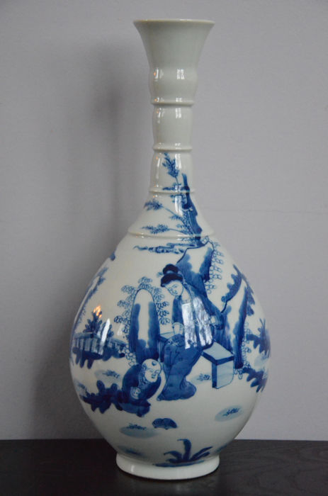 Porcelain vase with a blue/white decoration of figures - China - end of the 20th/21st century