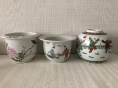 Three pots: A porcelain ginger jar, famille verte, and two porcelain flower pots, famille rose - China - mid 20th century