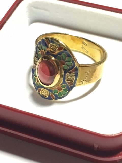 Ring in 18 kt gold with red stone, garnet; size: 17