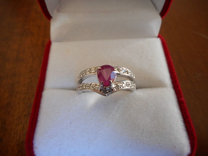 White gold ring (18 kt) with 0.97 ct ruby  and diamonds for 0.25 ct