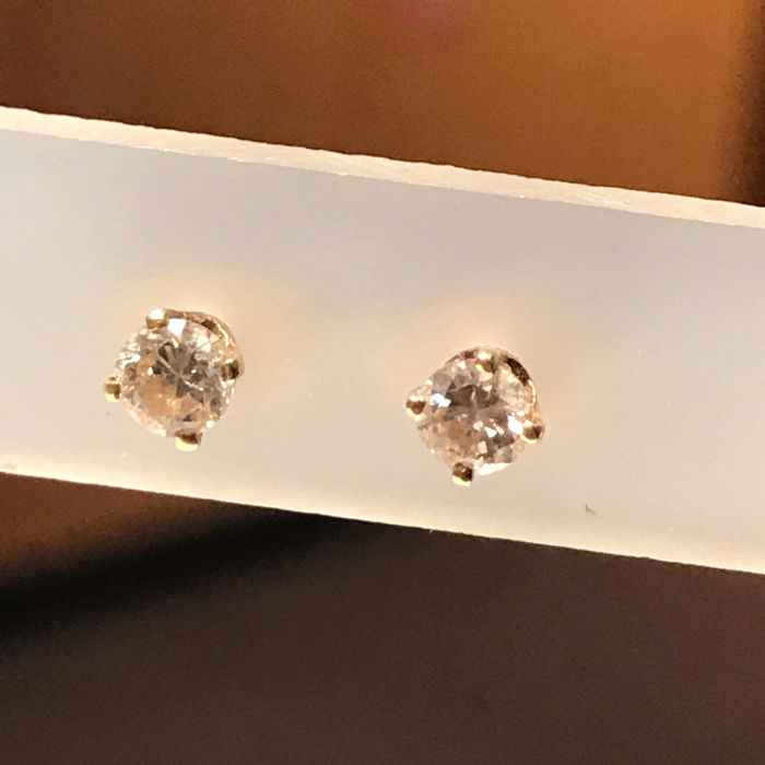 14 kt gold ear studs with 2 brilliant cut diamonds of 0.17 ct, 0.34 ct in total, VVS/H