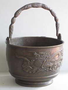 Bronze bucket with dragons - Japan - First half 20th century