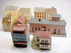 "Kibri/Pola H0 - various numbers - lot of 9 ""urban"" buildings, including a station and beautiful houses ""in a row"""
