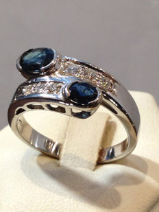 Contrarier ring with 0.36 ct diamonds and sapphires, in 18 kt gold – size 22.