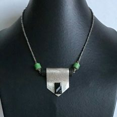 Art Deco modernist pendant necklace in hammered silver plated metal, horn, bakelite and glass