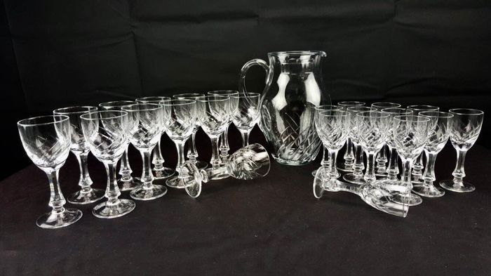 Set of 25 pieces, glasses and carafe, in splendid cut and engraved crystal