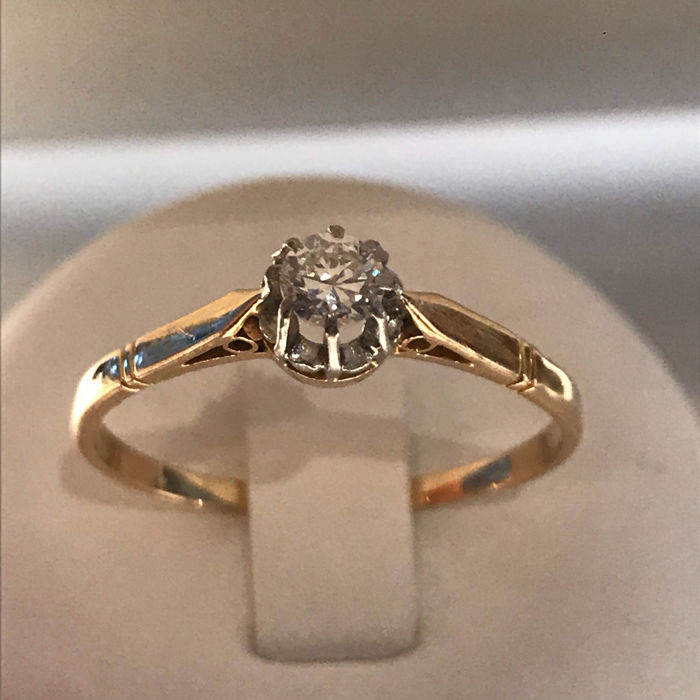 14 karat yellow gold ring with a 0.30 ct brilliant cut diamond. Colour: G/H/I, VS/SI quality, size: 22.5 / 71