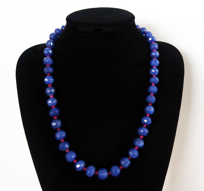 Long necklace, faceted sapphires and polished rubies - 565 ct - total length 62.2 cm