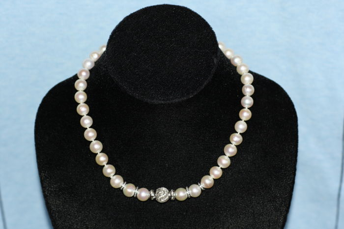 Tahiti pearl necklace with special clasp and matching 18 kt white gold diamond set clasp