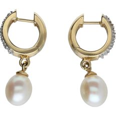 14k - Yellow gold earrings with cultured pearls and 10 single cut diamonds totaling 0.05 ct. - Length x width: 2.5 x 1.2 cm