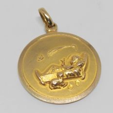 Yellow gold pendant medal - 18 karats - Birth of Jesus - length 3 cm