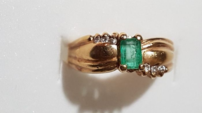 18 kt yellow gold ring, 4.5 g, with 0.30 ct emerald and 6 diamonds of 0.01 ct - Size: 16.5 mm