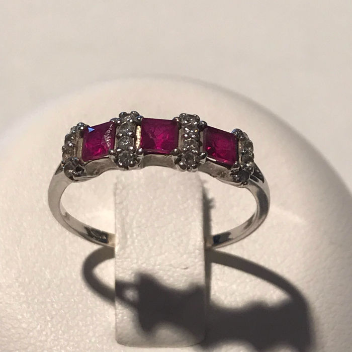 18 kt white gold ring with 3 princess cut rubies totaling 0.42ct