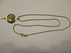 14 kt gold necklace with pendant, 5.40 grams - 47.50 cm - Chinese pattern with green gemstone