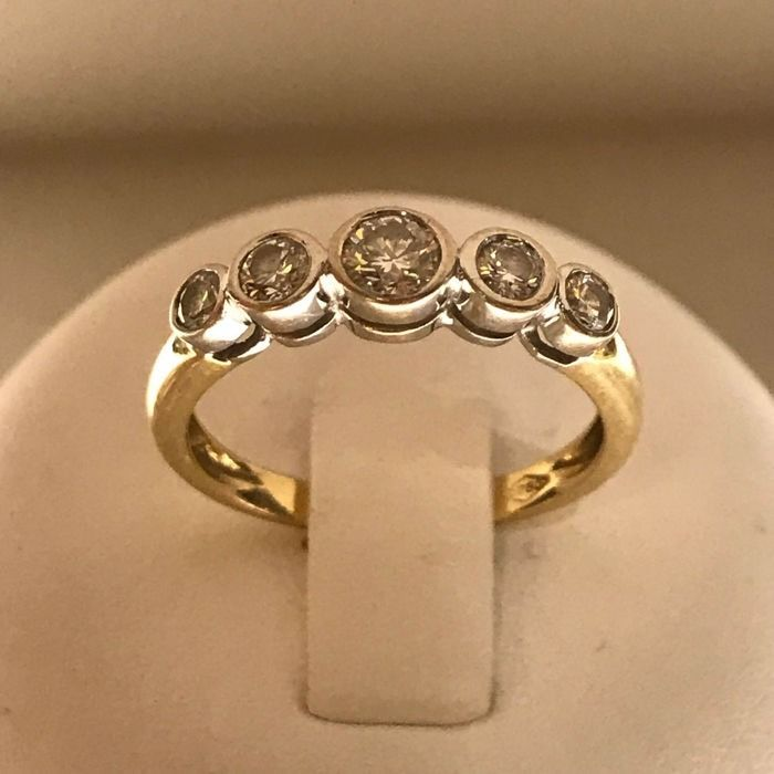 18 karat White/yellow gold ring set with 4 Brilliant cut diamonds of 0.36 ct, a Brilliant cut diamond of 0.24 ct, in total 0.60 ct, with HRD Certificate