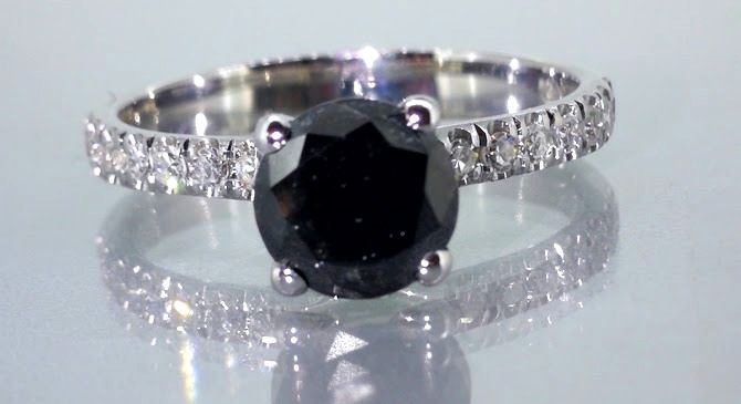 Ring with a black diamond total  1.15 ct - white diamonds 0,20ct  *** No reserveprijs ***