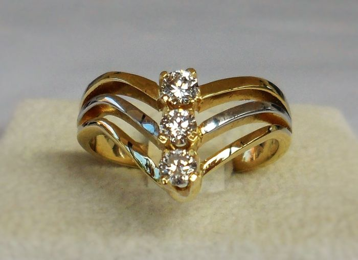14K Solid Past, Present and Future Bicolor Ring with 3 AIG Certified Natural Round Brilliant Cut D/VS2 Diamonds, total 0.34 ct  -  Ring Weight: 4,20 Gram  -  Ring Size: 17.5/55/7.5  * NO RESERVE PRICE *