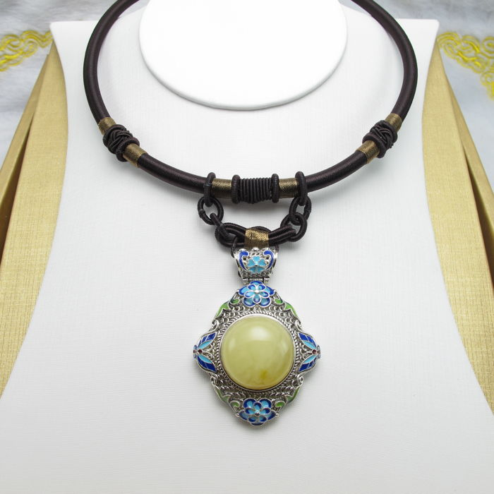 925 silver cloisonne and natural Baltic amber, weight: 33g. Pendant size: 53-38 mm. Length of the rope: 40-50 cm