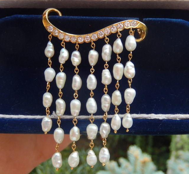 Magnificent brooch with 0.84 ct diamonds, VVS1/D and baroque pearls on 18 kt yellow gold.