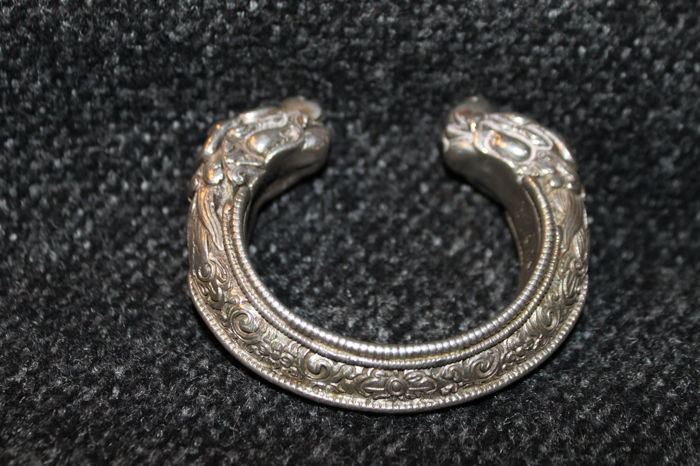 Chinese bracelet in solid sterling silver, with dragon head ends. 85 x 72 x 20 mm