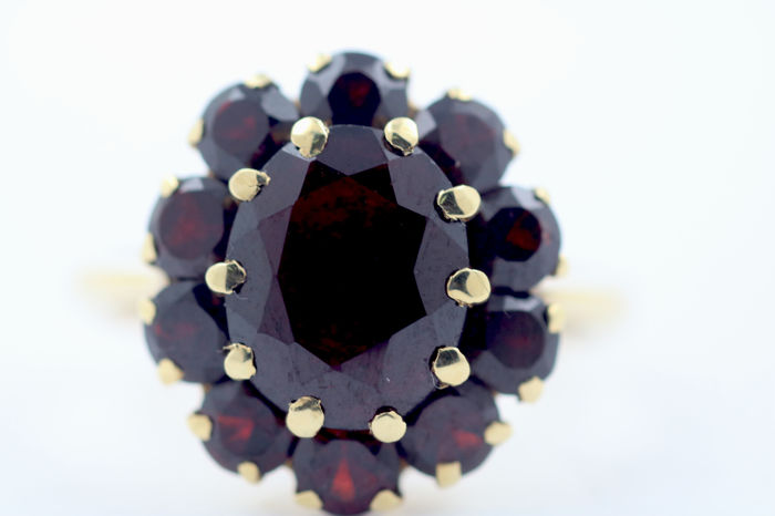 585 14 kt gold ring with Bohemian garnets size 54