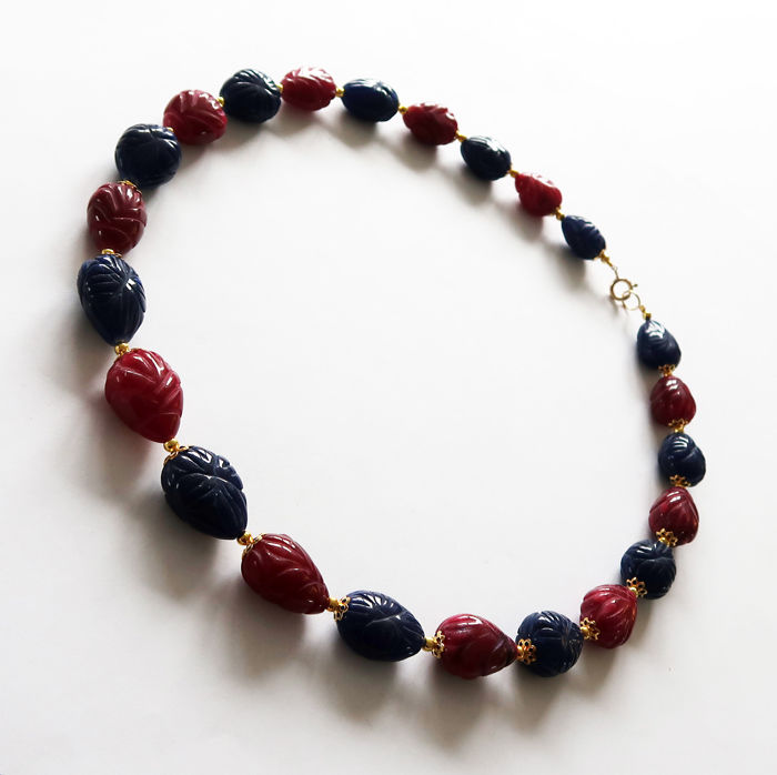 Large engraved rubies and sapphires necklace with 14 kt Gold clasp - 510 ct - 54.5 cm