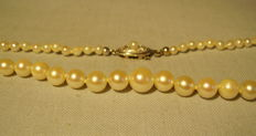 Genuine, tapering, white Akoya pearl necklace with Art Deco gold clasp