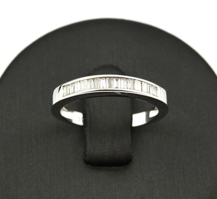 750/1000 (18 kt) white gold - White gold cocktail ring with 15 baguette cut diamonds - Size: 14.5 (Spain)