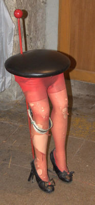 Fixed sculpture - Art Brut (Outsider Art) - Bar stool with women's legs - 21st century