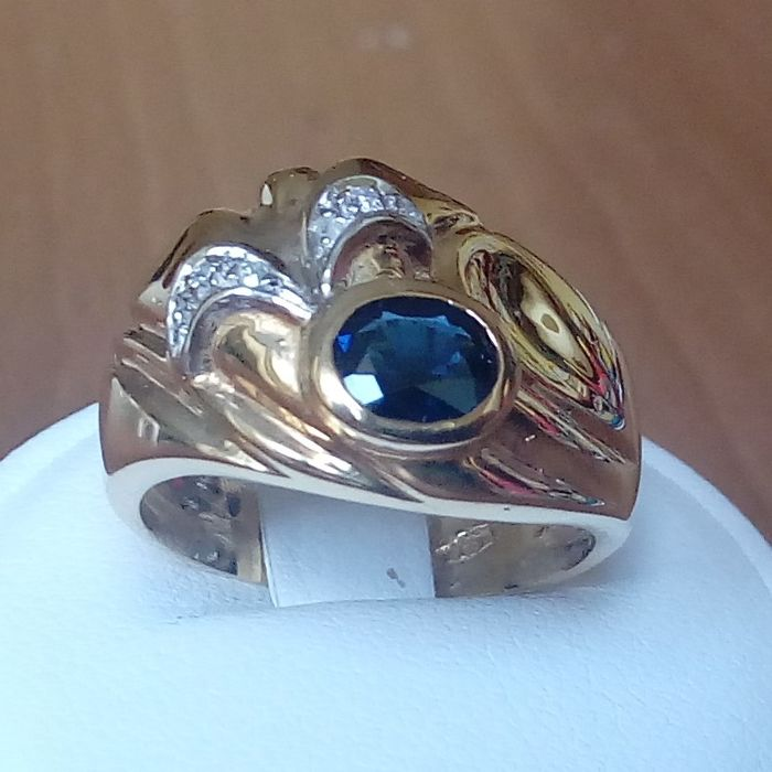 18K gold ring with oval blue sapphire and diamonds; Finger size: 55