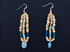 Set of Egyptian earrings with decorated faience beads and amulet and a poppy bead amulet - 2 x 7.5 cm