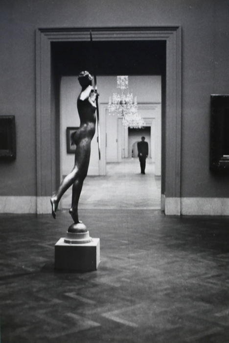 Elliott Erwitt (1928-) - Diana, The Metropolitan Museum of Art, NY, 1949