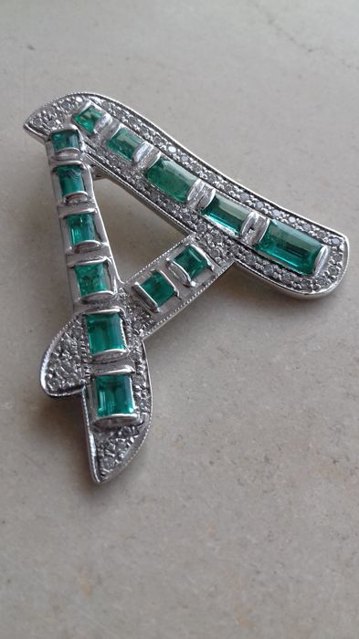 18 kt white gold pendant - diamonds totalling approx. 1 ct - Columbian emeralds totalling approx. 4 ct - total weight: 11 g - size: 4.2 x 3.8 cm