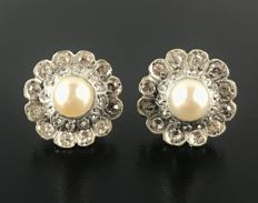 Charming pair of 18 kt grey and rose gold Art Deco earrings with central pearls surrounded with white sapphires.