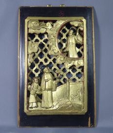 Large wooden reticulated panel, laquered in black, red and gilt, representing noble men in house & garden, end 19th century