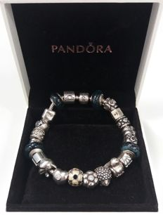 Full Pandora bracelet with 22 charms, including luxurious Pandora gift box - NO RESERVE