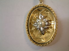 14 kt yellow gold pendant with pearl and 4 x rose cut diamond.