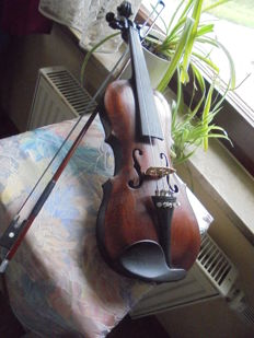 Violin with note, a violin case and 2 bows as well as spare parts, has been played until 2015 by its owner by the name of Halker