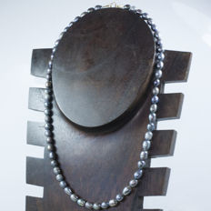 Baroque pearl necklace with 18 kt gold clasp and details - Length 46 cm