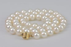 Cultured freshwater pearl necklace, 7–8 mm in diameter and pumpkin-shaped clasp made of yellow gold