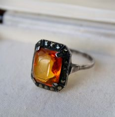Circa 1920/30 Antique ring with yellow rectangular cabochon Tourmaline 11,2x9,2mm ca. 5Ct. decorated with marquisettes.