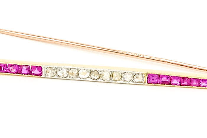 Brooch - 18 kt gold - 0.18 ct diamonds - 0.40 ct rubies - Size: 7.2 cm x 0.3 cm