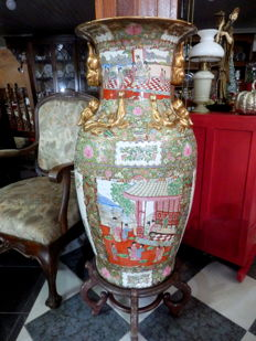 Very Large (H: 90 cm) Famille Rose Cantonese Vase, Foo Dogs and Dragons - China - second half 20th century