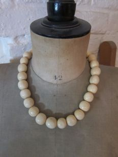 Thick antique ivory necklace – Total length 50 cm