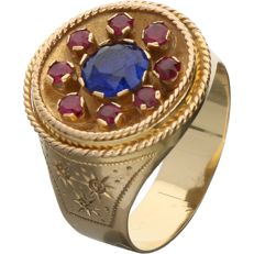 18 kt - Yellow gold ring set with a brilliant cut synthetic sapphire and 8 brilliant cut synthetic rubies - Ring size: 17.5 mm